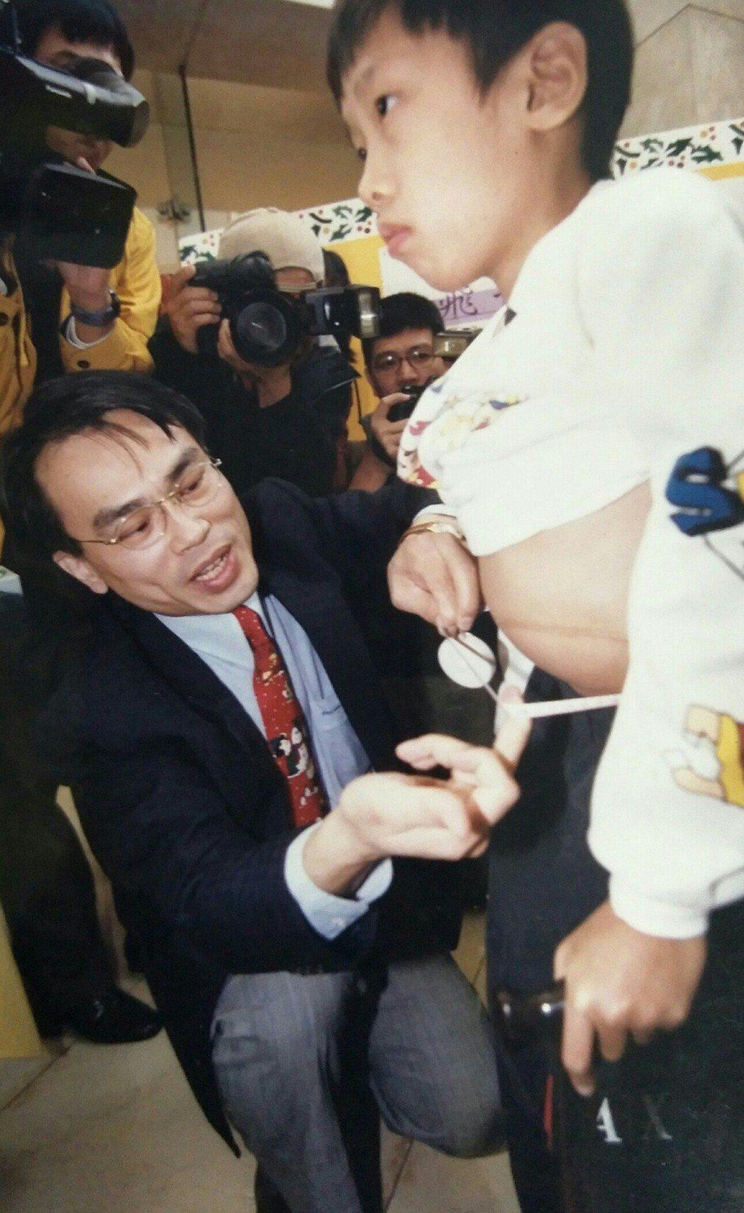1998年基金會成立前,為搶救高雪氏症男孩蕭仁豪(右) ,召開記者會呼籲大眾正視...