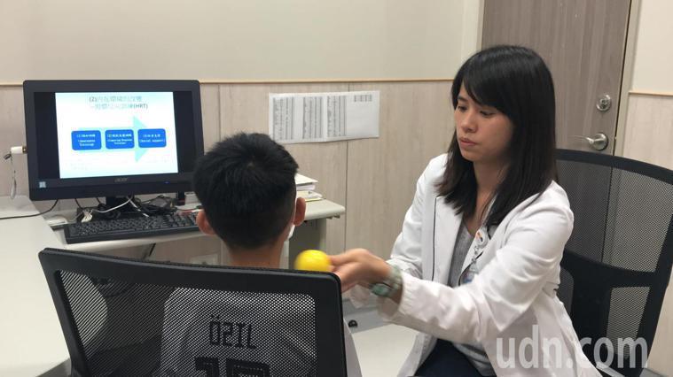 陳小弟做「習慣反向訓練」行為治療。記者郭政芬/攝影