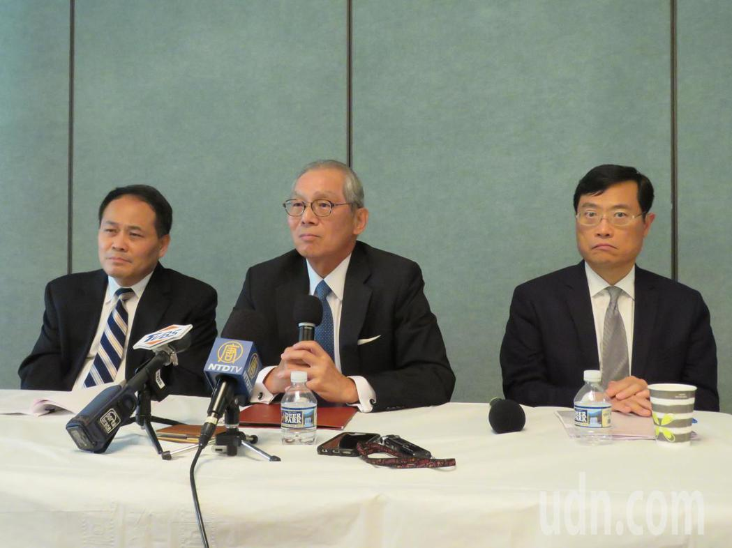 駐美代表高碩泰(中)5日於駐美代表處與華媒茶敘。華盛頓記者張加/攝影