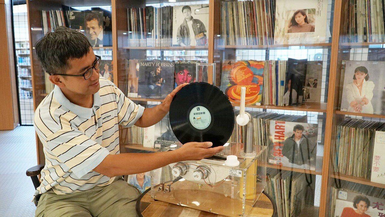 以黑膠唱片為主題打造的三重南區分館,收藏近8千片,其中許多都已絕版;該館目前要徵...