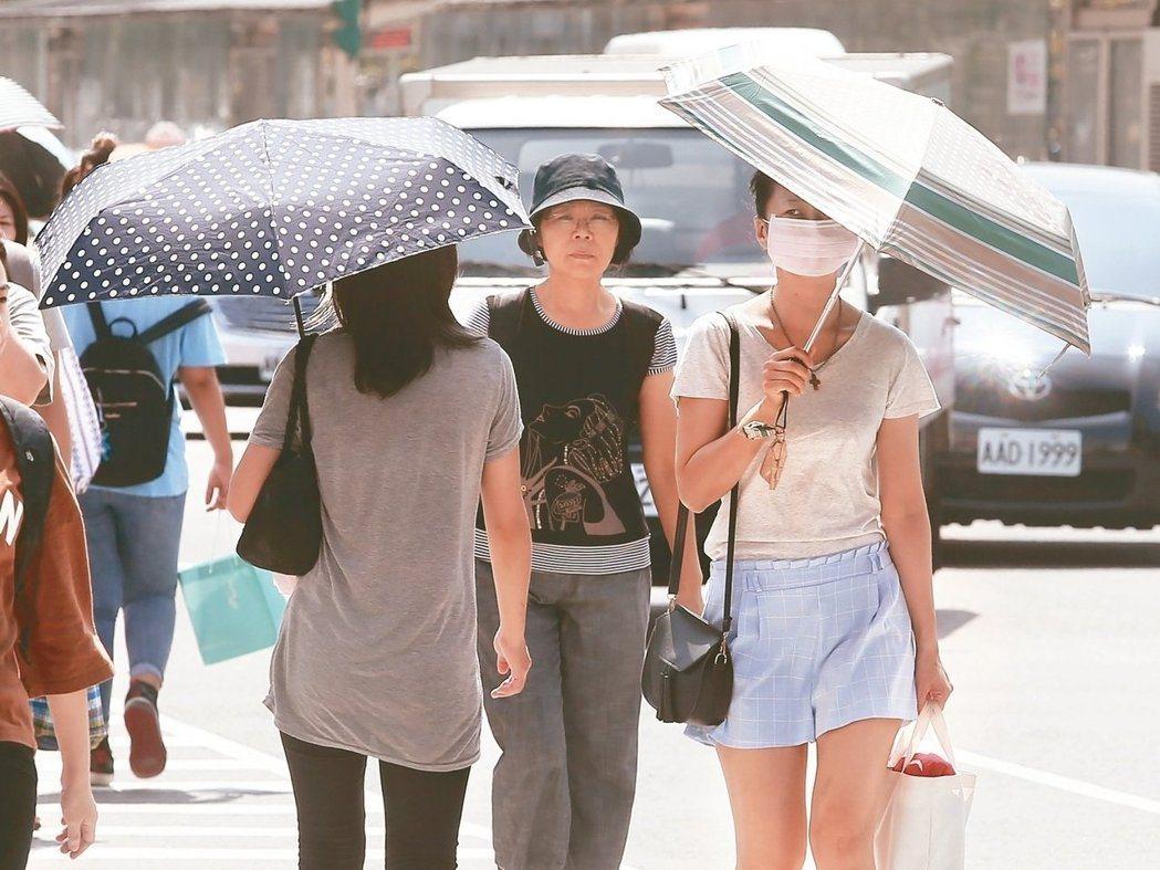國健署提醒,任何人都可能會發生熱傷害,應避免曝曬於高溫之下,牢記預防熱傷害的三要...