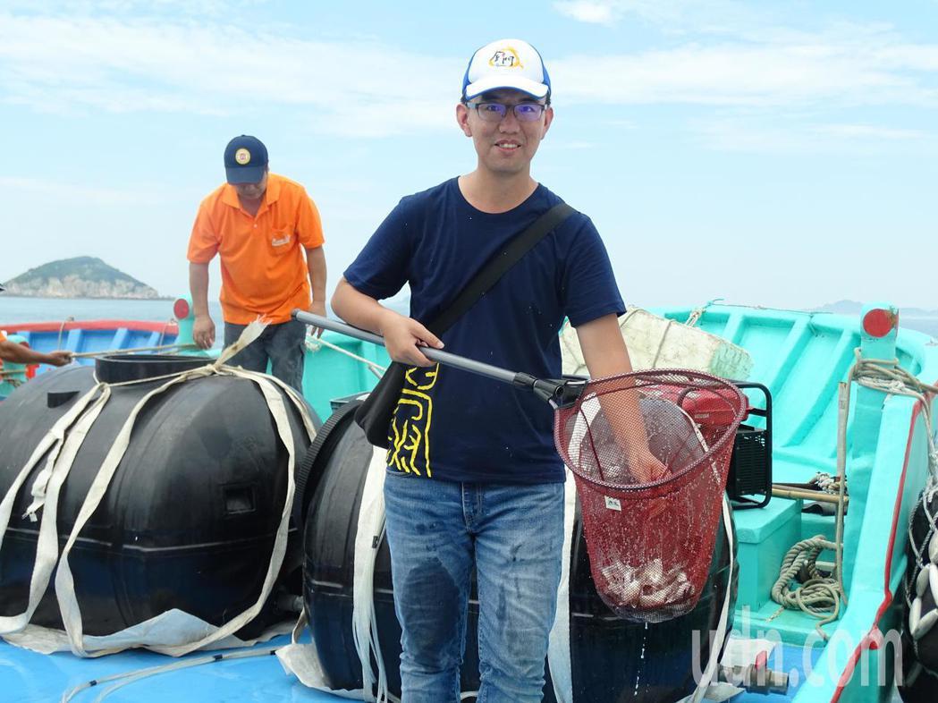 水試所人員把培育多時的魚苗午仔、黑鯛、鱸魚、平鯛撈起,放流到海域。記者蔡家蓁/攝...