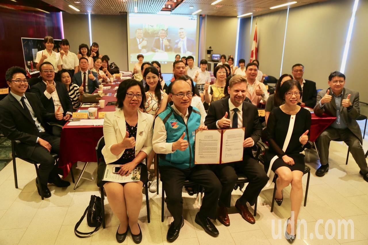 台北市教育局今天上午與加拿大薩克齊萬省正式簽署雙聯學制計畫。記者魏莨伊/攝影