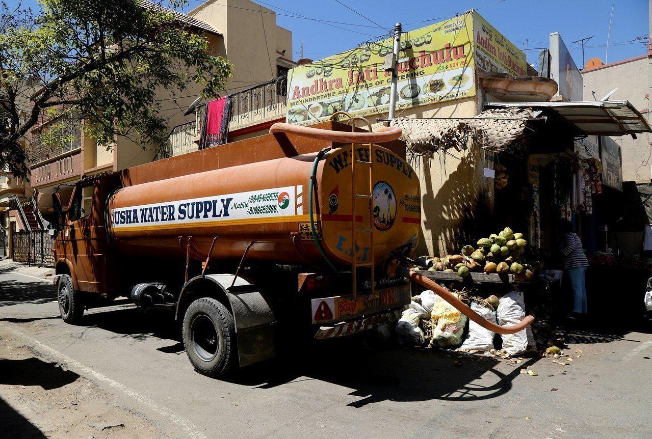 印度南部大城班加羅爾有幾百萬人沒有自來水,只能靠私人營運的水槽車。 歐新社