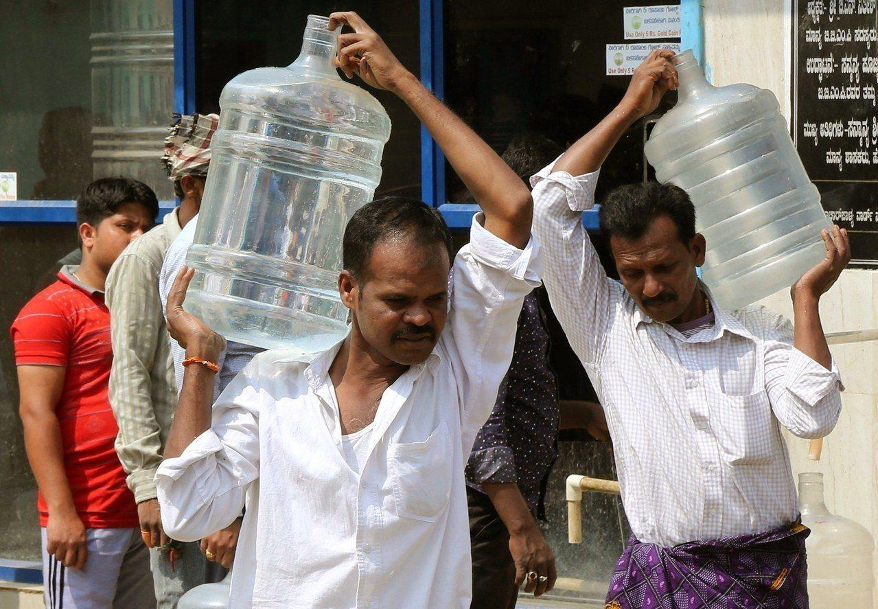 班加羅爾的民眾搬水回家。歐新社