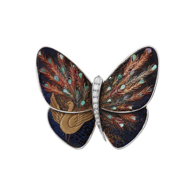 梵克雅寶Kujaku孔雀漆繪蝴蝶胸針,77萬5,000元。圖/梵克雅寶提供