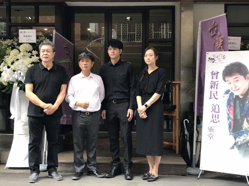 楊烈(左起)、黃西田和其他藝人到場致意。記者葉君遠/攝影