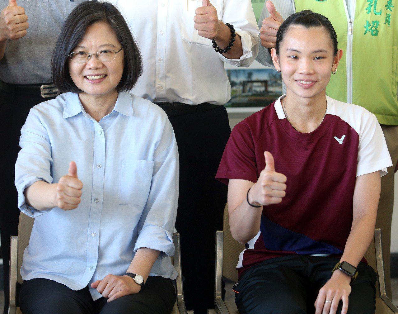 總統蔡英文(左)與羽球國手戴資穎(右)合影。記者劉學聖/攝影