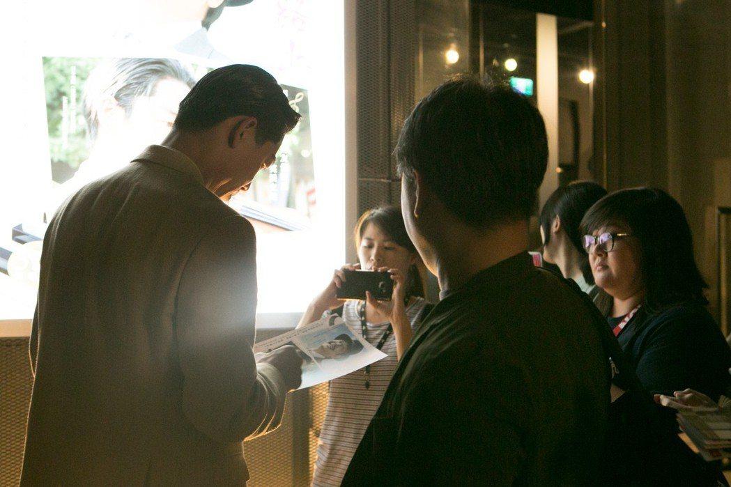 Akira親切與影迷互動簽名。圖/亮點國際提供