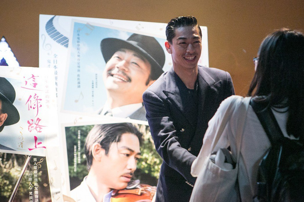 「放浪兄弟」AKIRA來台大展親和力,還難得對台灣粉絲狂喊「愛你三千」,如今看來...