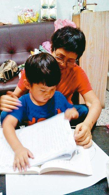 我深知老婆想藉書本來培養小外孫從小愛閱讀的好習慣,常拿著書刊要與他一起看書,教他...