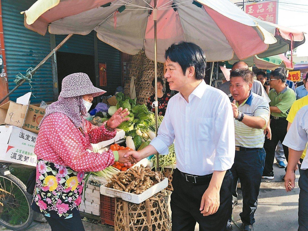 行政院前院長賴清德(中)昨天到彰化溪湖果菜市場掃街,爭取總統初選民調支持。 記者...