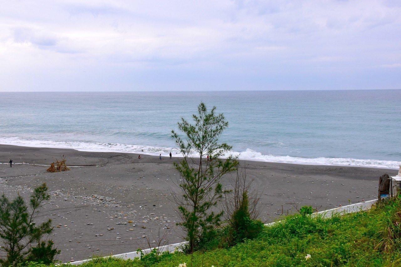 從牛山呼庭小山坡上可看海。記者王思慧/攝影