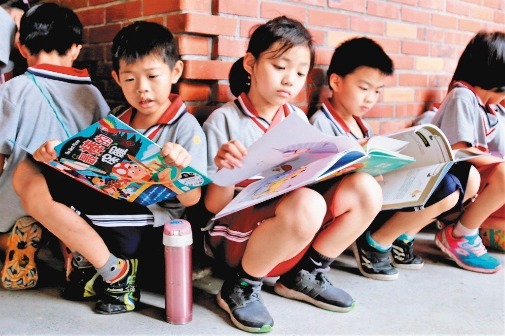 美國研究發現,親子共讀可以改變孩子的行為。圖/台南市政府提供