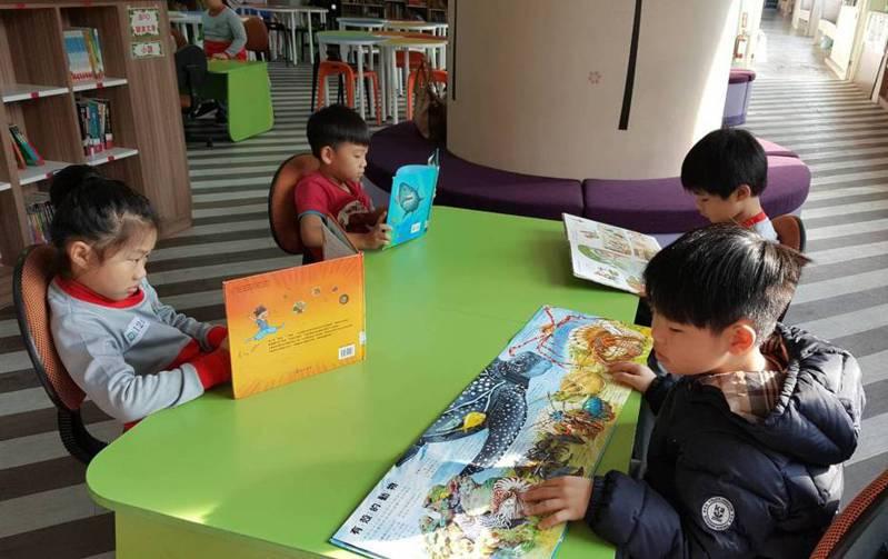 新北頂埔國小四年來兩度改造校內圖書館,不惜搬遷校長室,把空間挪用為圖書館閱覽室。 圖/教育部提供