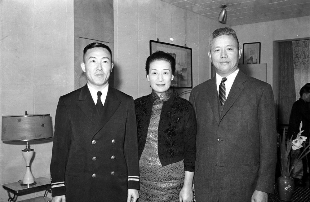 自海外學成歸國的海軍中將韓光渭博士(左),與海軍總司令黎玉璽(右)合影。中為黎夫...