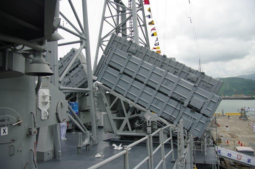成功級巡防艦上的雄風飛彈:前方較小的發射箱為雄二,後方較大者為雄三。記者程嘉文/...
