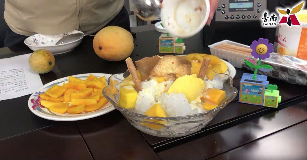 黃偉哲示範製作芒果冰,還加一顆布丁,結果翻來翻去,碎裂不堪,讓一旁的小編看傻眼。...