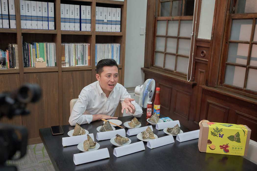 新竹市長林智堅端午節連假前一晚在辦公室開起「肉粽盲測」宵夜場直播,觀看人次衝破1...