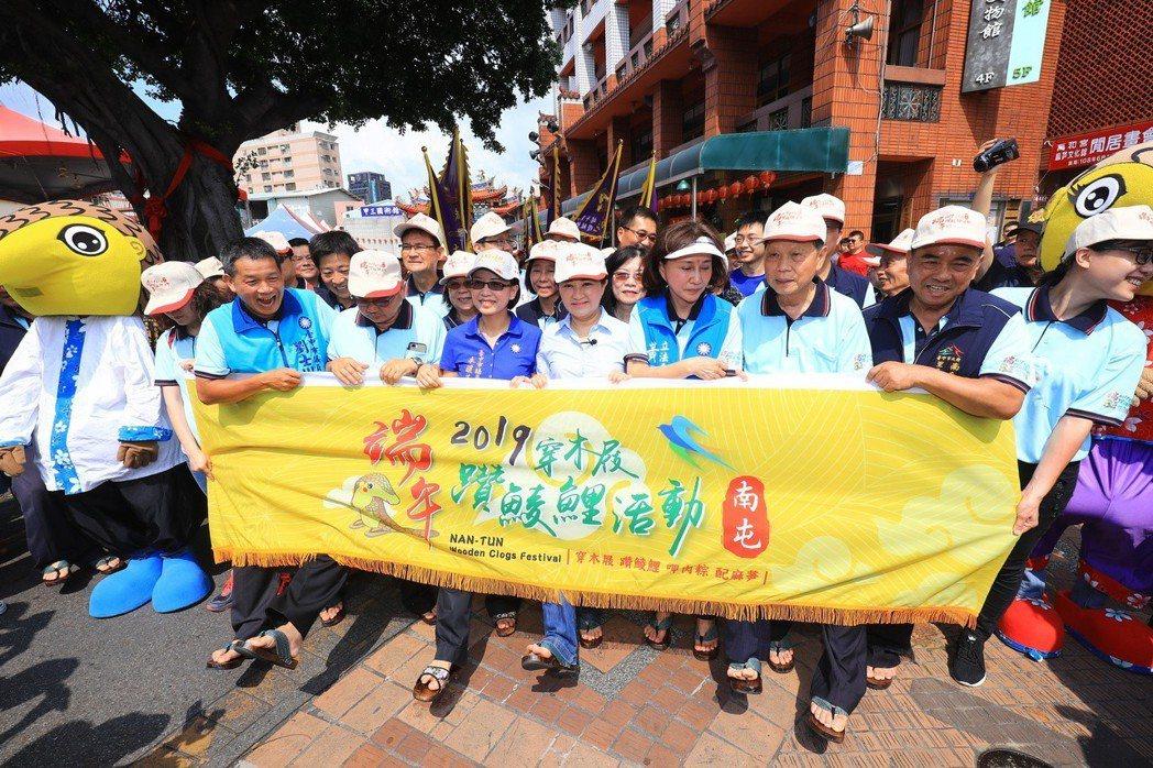 台中市長盧秀燕昨參加台中獨特的端午慶典,體驗「穿木屐躦鯪鯉,吃肉粽配麻芛」。 圖...
