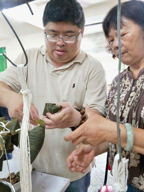 立法委員蔡易餘(左)連日參加端午活動,雖然練會包粽子,但最高紀錄1天吃8顆粽子,...