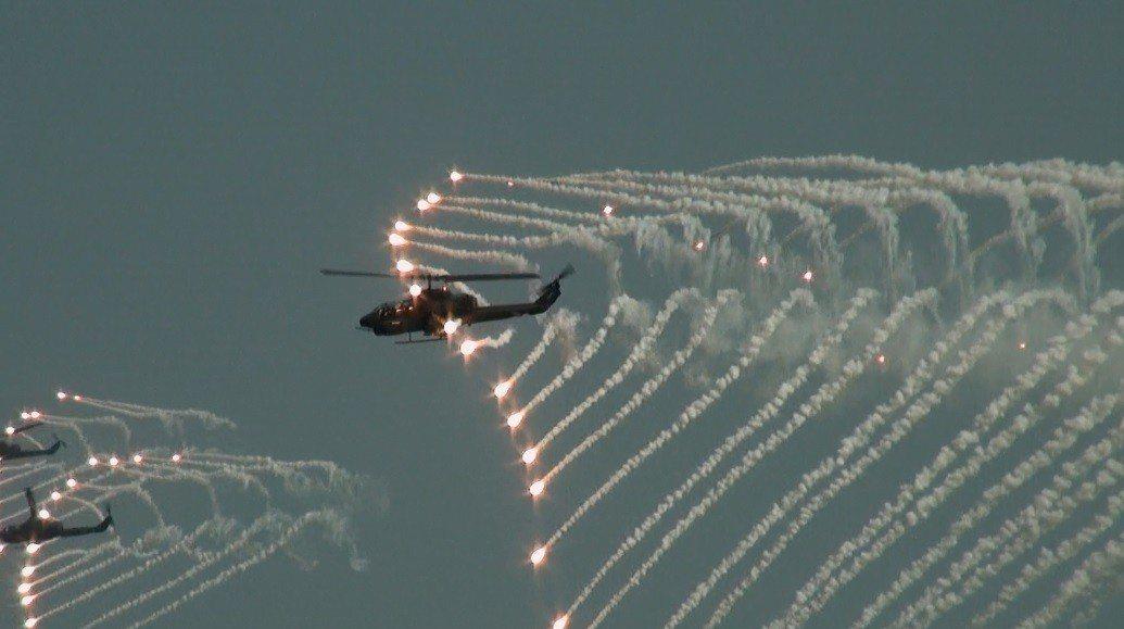 8架AH-1W攻擊直升機先發射8枚地獄火飛彈,接著飛射熱焰彈,場面壯觀。 圖/聯...