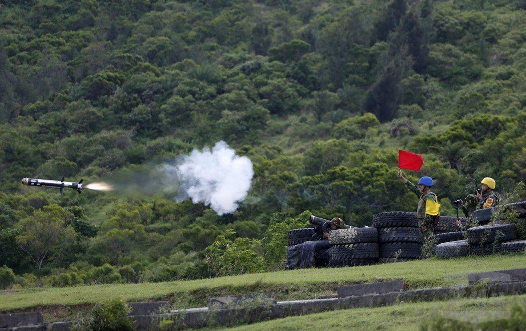 陸軍333機步旅在演習中發射標槍飛彈,此次國軍將增購201枚這種單兵攜帶式反戰車...