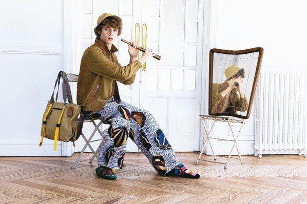 LOEWE的寬褲印花展現怪美的時髦氛圍。 圖/各業者提供