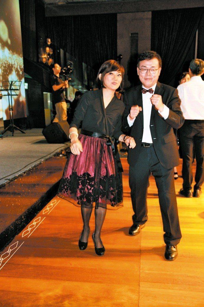 台北科大班聯會會長呂朝福(右)與桃資班張婷虹共舞。 吳佳汾/攝影
