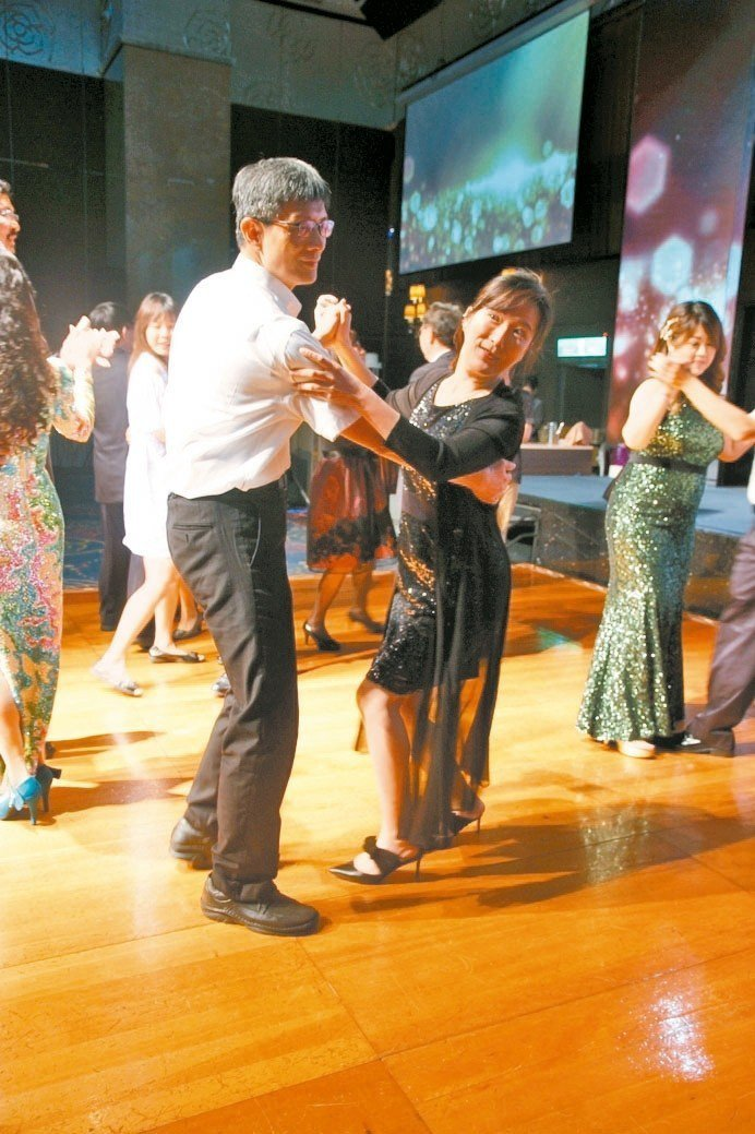 台北科大進修部主任劉建浩(左)與舞伴泰國班林如茵。 吳佳汾/攝影