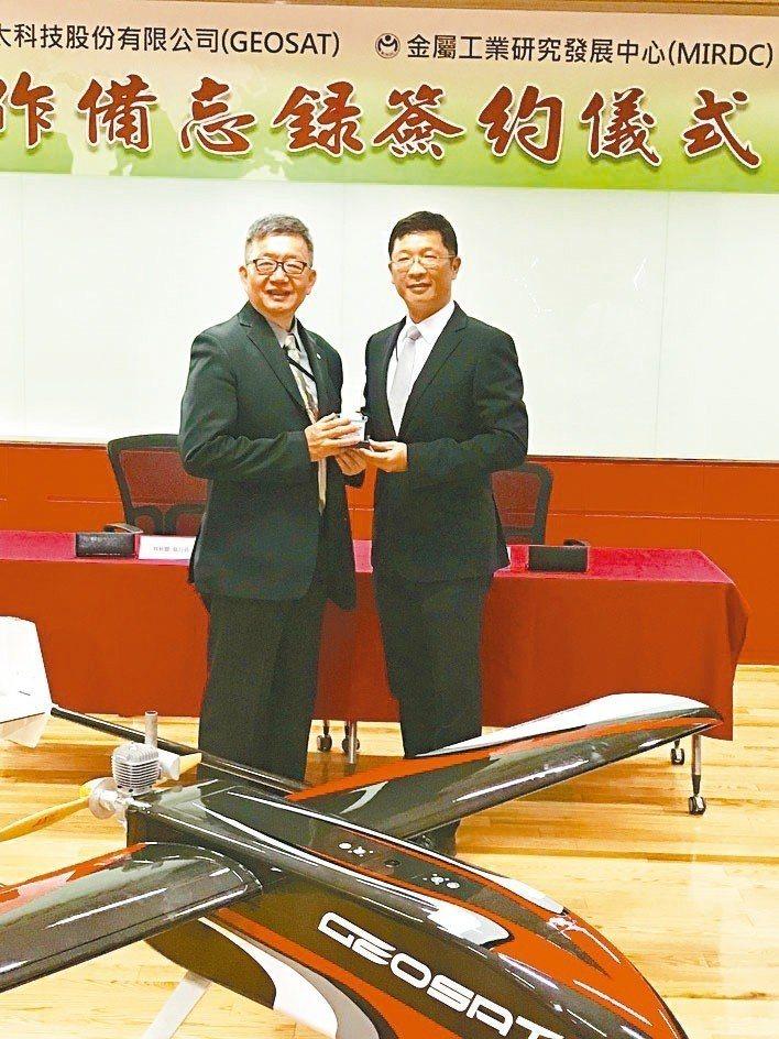 金屬中心執行長林秋豐(左)與經緯航太董事長羅正方代表雙方簽署MOU。 黃逢森/攝...