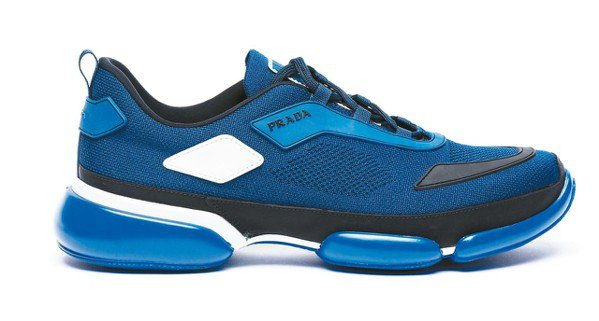 Prada Cloudbust 藍色運動休閒鞋,售價30,000元。 圖/各業者...