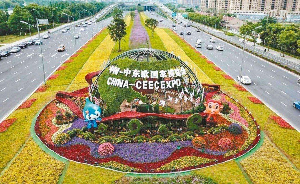 為轉移與美國的進出口,大陸舉辦的首屆「中國-中東歐國家博覽會暨國際消費品博覽會」...