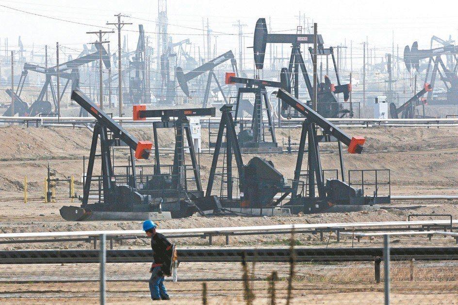 由於美國原油庫存激增與需求展望展望惡化,紐約油價5日重挫,且墜入「空頭市場」。 ...