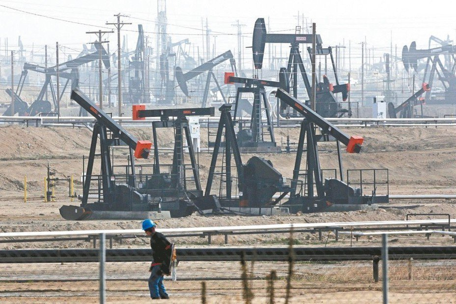 國際油價本周周線創下逾兩年來最大漲幅。 美聯社