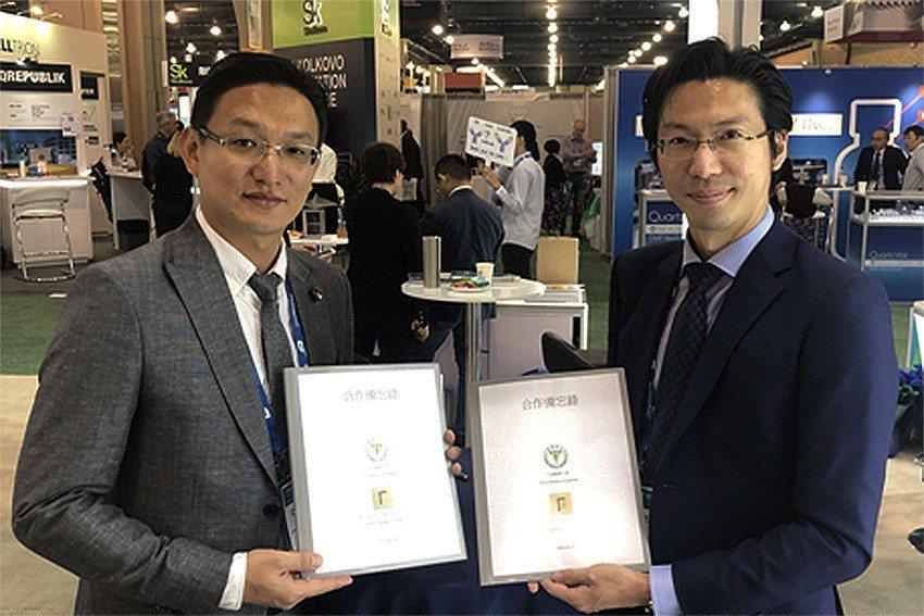 中國醫藥大學國際產學聯盟執行長吳致寛(左)與高曼計量董事長林敬倫於「BIO 20...