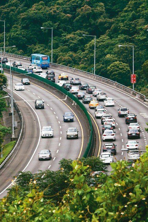 今(7日)是端午連假的第一天,國道北部南下上午開始塞車,國道5號塞得最嚴重,到下...