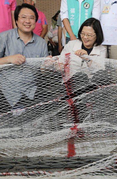 蔡英文總統(右)上午來到基隆,與市長林右昌(左)一起為端午龍舟競賽鳴槍起跑,她並...