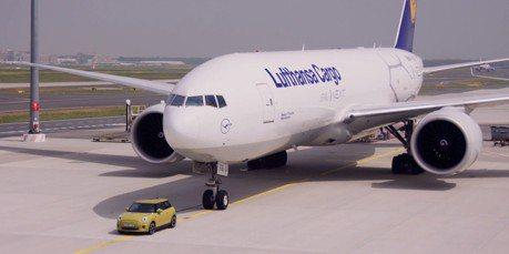 影/以為他很弱小嗎? 純電MINI Cooper SE輕鬆拉動波音777F貨機!