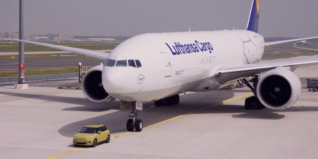 純電MINI拖曳150公噸的空載貨機。 圖/截自MINI影片