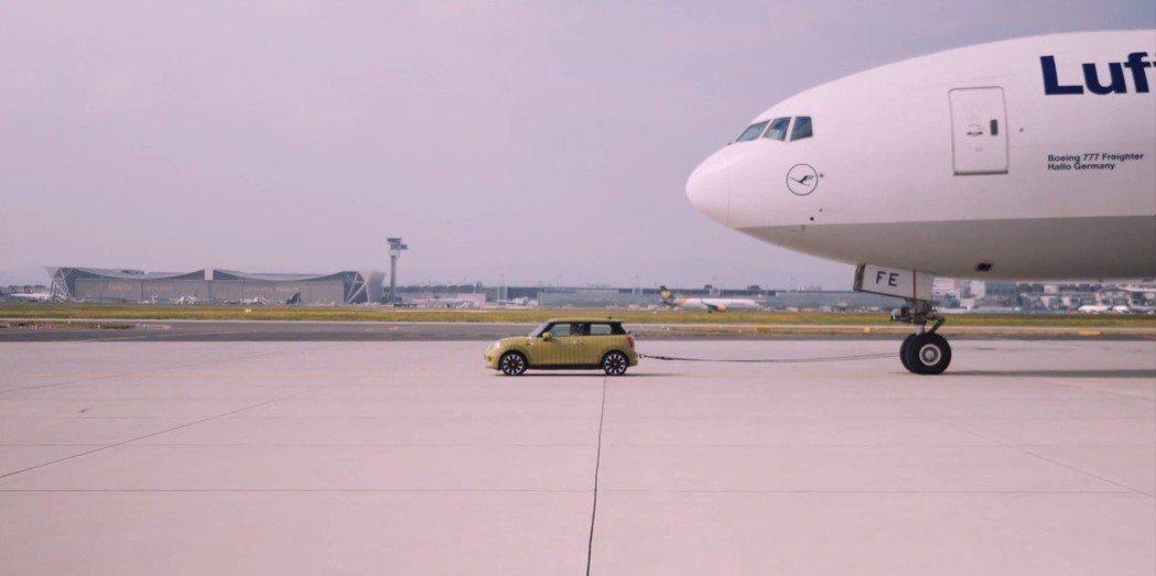 純電MINI拖曳150公噸的空載貨機! 圖/截自MINI影片