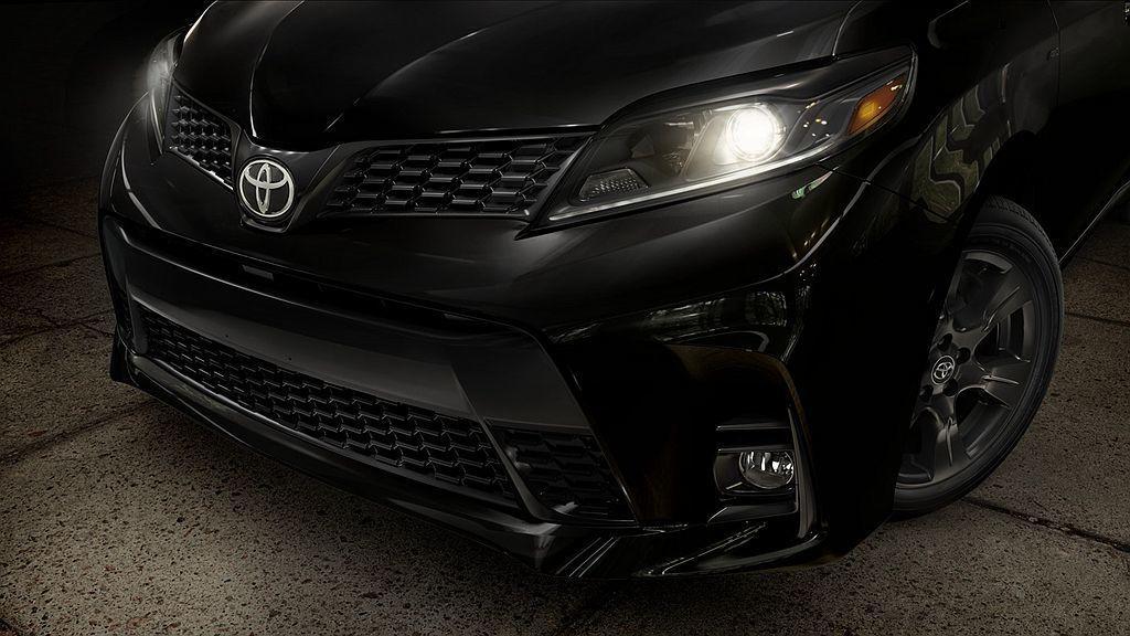 透過專屬黑色套件使Toyota Sienna Nightshade Specia...