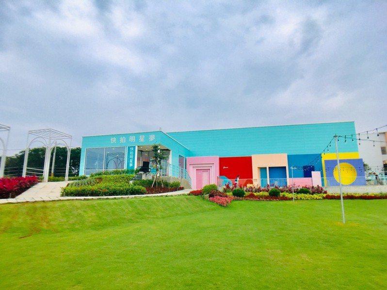 新竹縣湖口鄉薇絲山庭景觀咖啡廳打造粉紅教堂造景、還有風靡網美圈的「快拍明星夢」攝影基地,並販售色彩豐富的飲品、輕食等。記者張雅婷/攝影