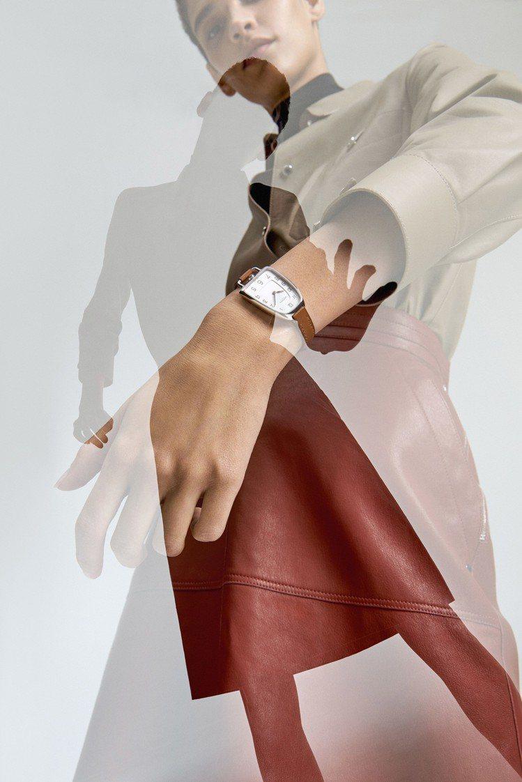 Galop d'Hermès精鋼款搭配天然色Barenia小牛皮表帶,12萬1,...
