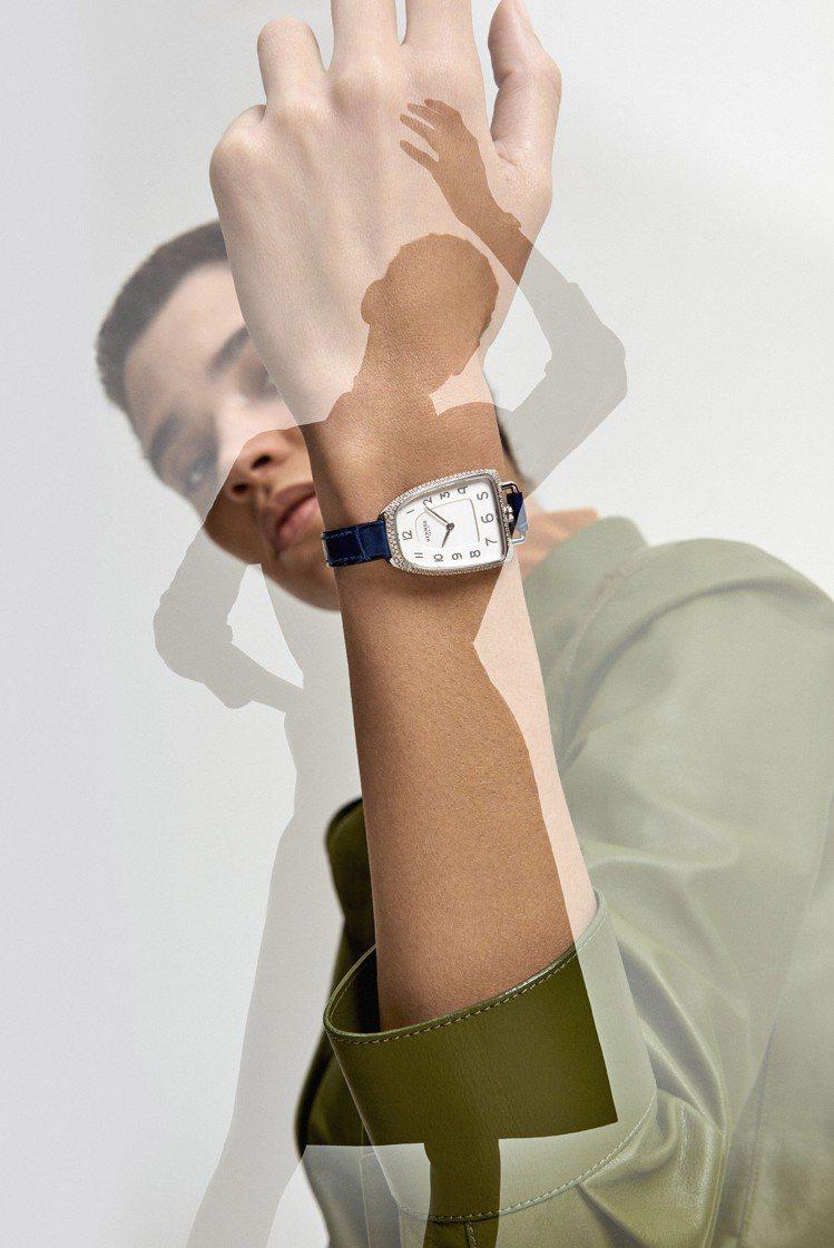 Galop d'Hermès精鋼鑲鑽款搭配寶石藍色短吻鱷魚皮表帶,29萬9,30...