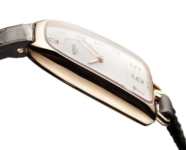 Galop d'Hermès玫瑰金款搭配黑色短吻鱷魚皮表帶,31萬5,000元。...