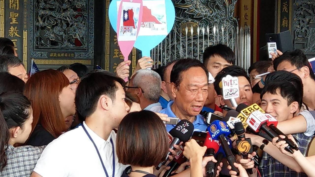 鴻海董事長郭台銘上午至台北松山慈惠堂參拜。記者楊正海/攝影
