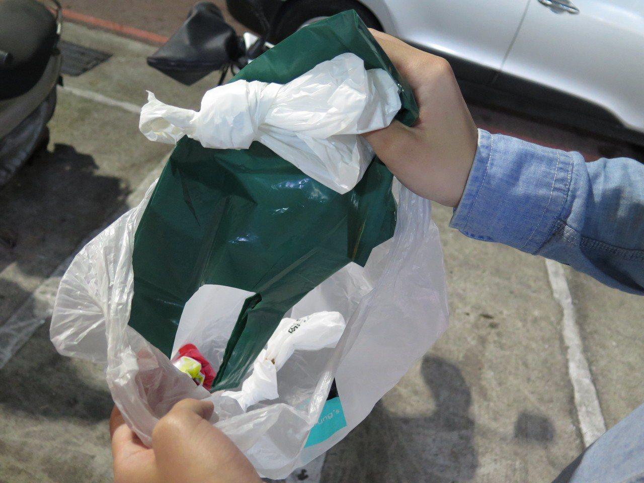 國內塑膠袋價格低、使用量大,但因處理麻煩,回收困難,回收率僅9%。記者張裕珍/攝...