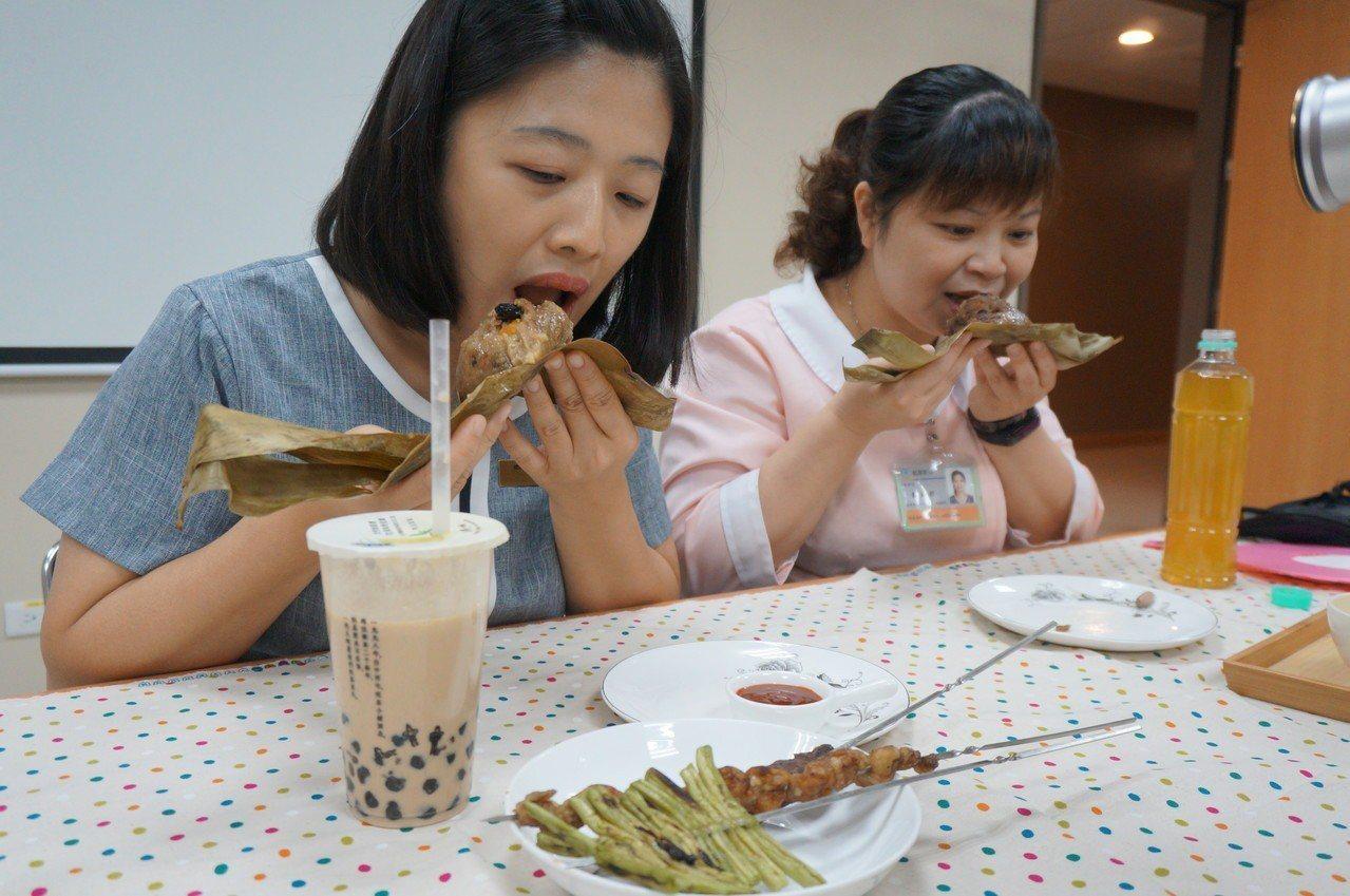 端午吃粽,醫師提醒避免過量,別配珍奶、燒烤,應搭配蔬果和無糖茶飲。記者趙容萱/攝...