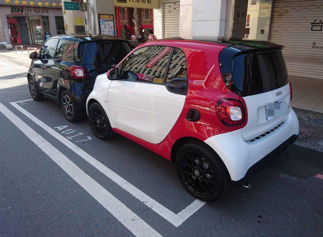 端午節連假首日,宜蘭市區停車位一席難求,卻出現兩輛汽車竟能擠得進去同一個停車格,...